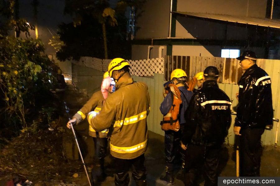 元朗新田小磡村昨日被洪水圍困,消防昨晚要出動拯救被圍困的村民。(梁日信提供)