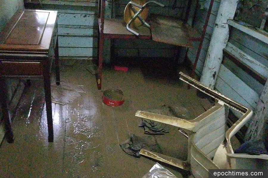 元朗新田小磡村幾十戶昨日被洪水圍困。圖為花農梁日信的村屋在水退後的情況。(梁日信提供)