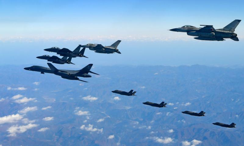 圖為2017年12月6日,美韓實施「警戒王牌」大規模空中聯合軍演,共有230多架戰鬥機參與演練。(South Korean Defense Ministry via Getty Images)