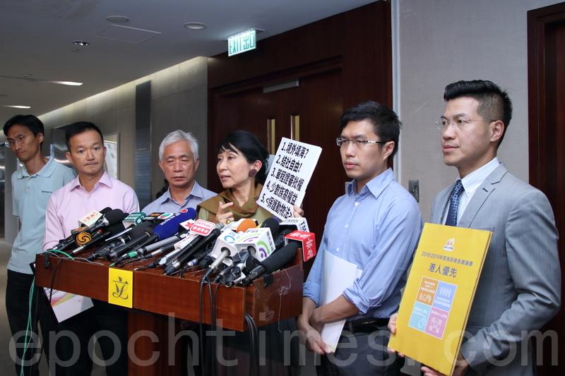 議會陣線6名立法會議員昨午與林鄭月娥會面,提交施政報告建議。(蔡雯文/大紀元)