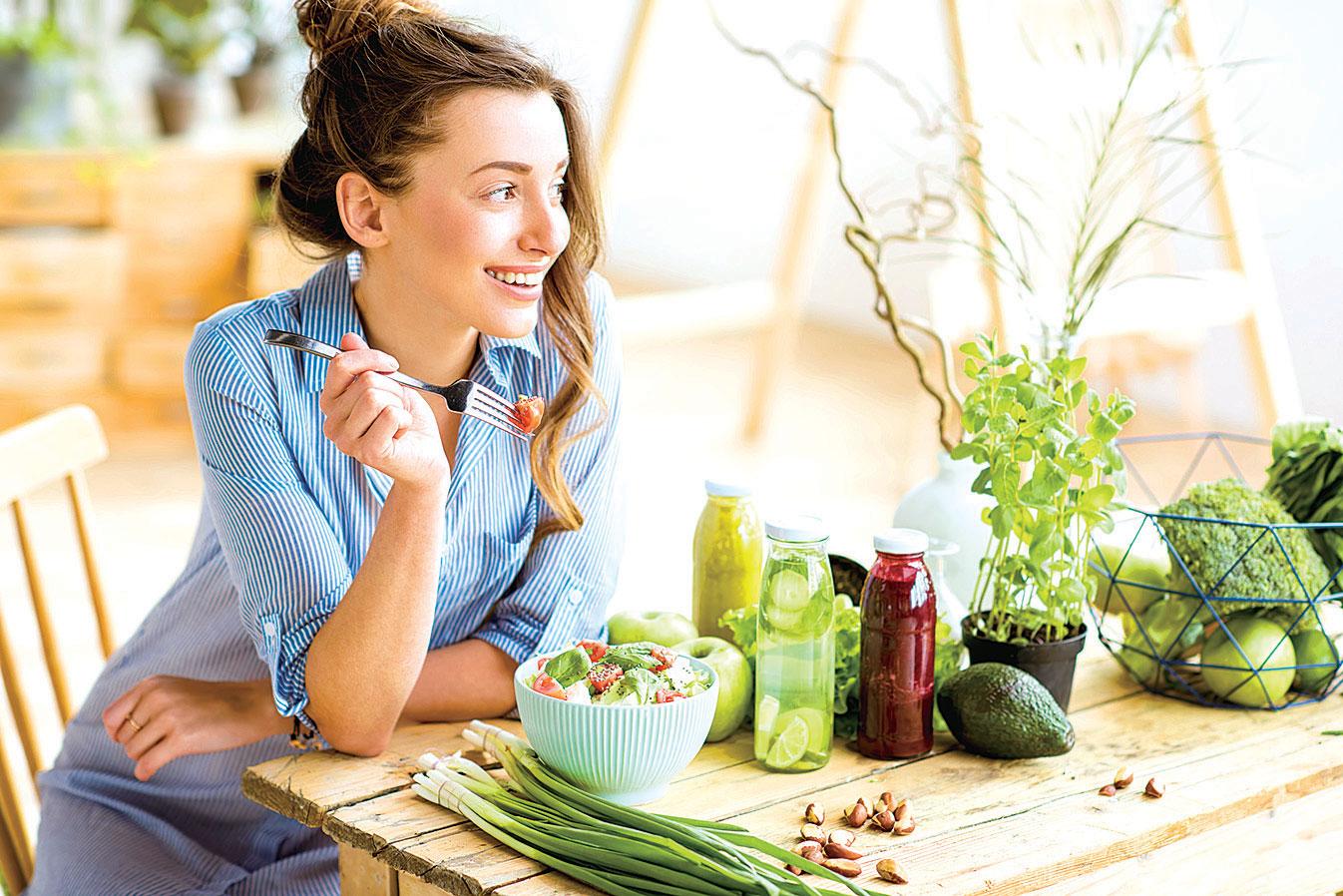 多吃植物性食物。多吃富含纖維質的食物,如蔬菜、豆類、新鮮水果和100%全穀物,使熱量攝取均衡,減少糖尿病風險。
