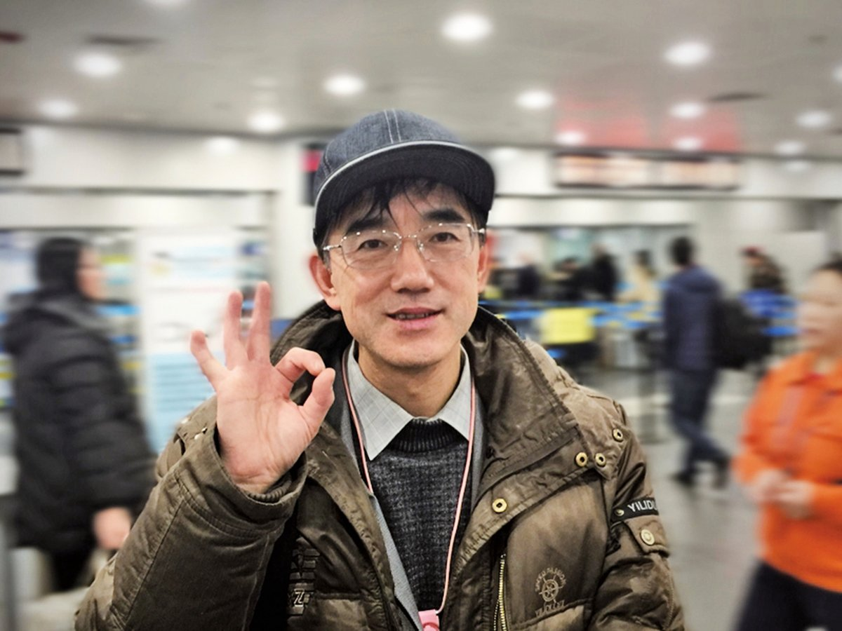 筆者在網絡上搜索到孫毅寫的好幾篇文章,還有他離境時的照片——頭戴棒球帽,一掃積鬱,笑顏美好如少年。(孫毅提供)