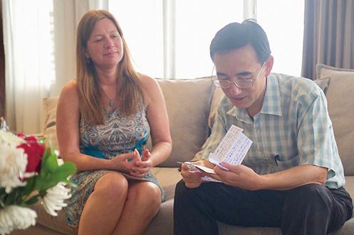 影片主角孫毅(右)逃到印尼後,在美國發現求救信的茱莉(左)專程去看望他。(《求救信》劇照)