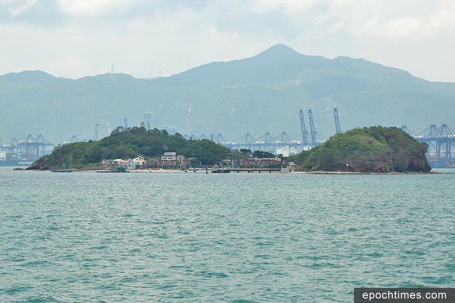 從南面觀看鴨洲,可看見鴨洲漁民村。其後方為深圳市鹽田港。(陳仲明/大紀元)