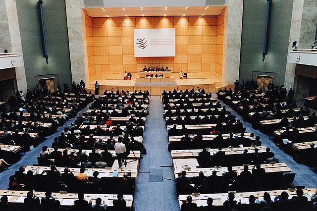 世界貿易組織成立於1994年,美國若退出,可能對全球經濟的影響遠遠超過美中之間日益升級的貿易戰,從而改變第二次世界大戰後的世界貿易體制。圖為WTO在瑞士日內瓦國際宮的會議廳。(維基百科)
