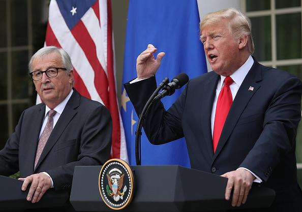 周四(8月30日),歐盟最高貿易官員表示,歐盟願意在與美國的貿易協議中,取消包括汽車在內的美國所有工業產品關稅,說明歐盟願意擴大與美國貿易談判的範圍。圖為美國總統特朗普和歐盟委員會主席容克。(SAUL LOEB/AFP/Getty Images)