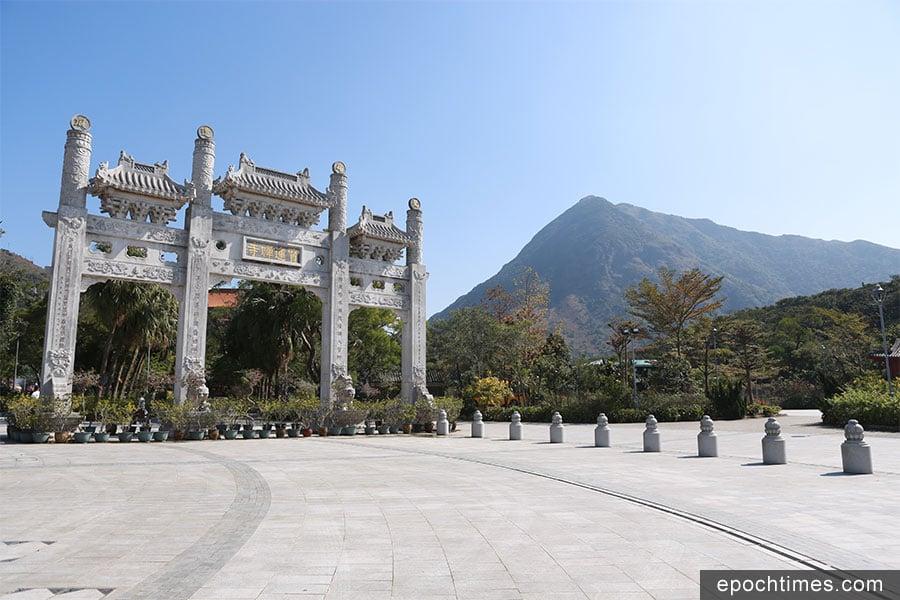 寶蓮禪寺牌坊與後方的鳳凰山(右)。(陳仲明/大紀元)