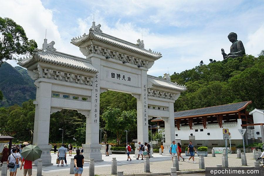 「南天佛國」牌樓與木魚山上的天壇大佛。(陳仲明/大紀元)