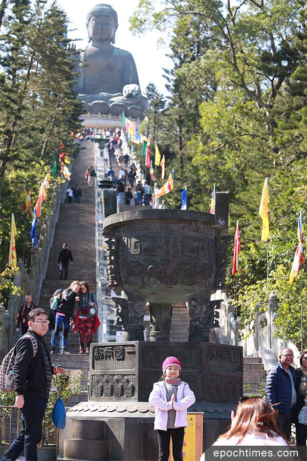 從昂坪廣場登臨天壇大佛跟前,需要步上268級石階。(陳仲明/大紀元)