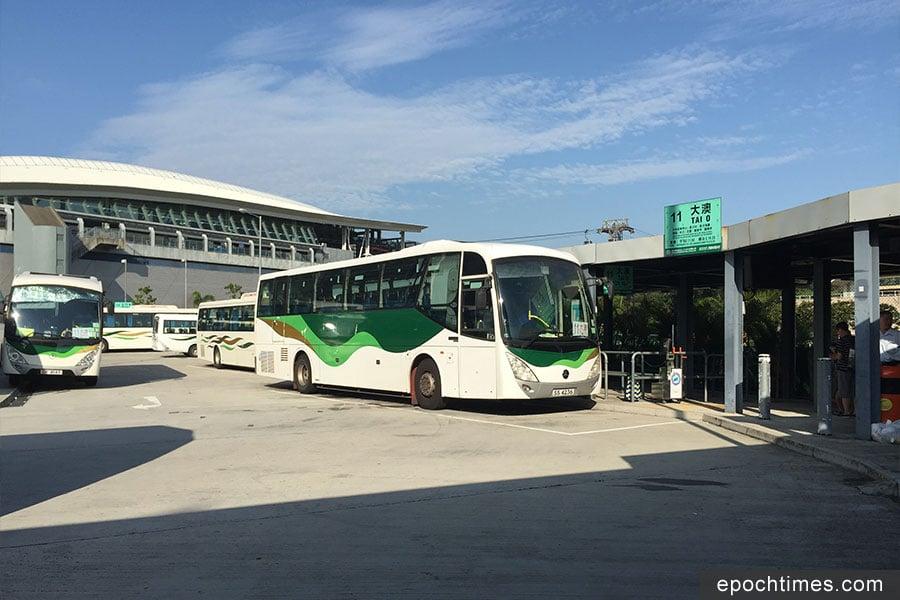 從東涌市中心巴士總站可乘23號巴士直達昂坪。(陳仲明/大紀元)