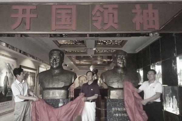 網傳圖片顯示,習近平和毛澤東被並列為所謂「開國領袖」。(網絡圖片)