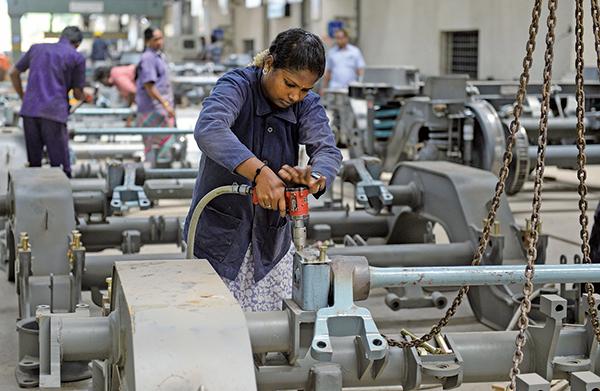 印度在2018年4-6月的國內生產毛額(GDP)增長達8.2%,超越中國大陸的6.7%。圖為印度一家工廠。(AFP)
