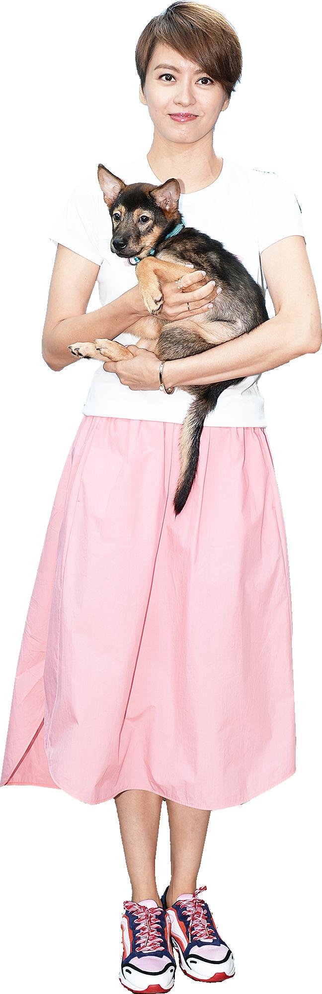 梁詠琪2日出席愛護動物協會的宣傳活動,抱起一隻等待領養的狗仔,呼籲大家以領養代替購買。(宋碧龍/大紀元)