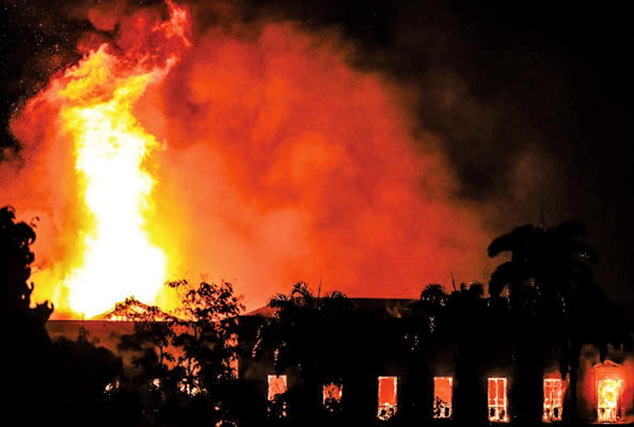 巴西國家博物館發生大火
