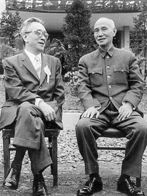 前北大校長胡適在蔣介石面前翹腿笑談。(網絡圖片)