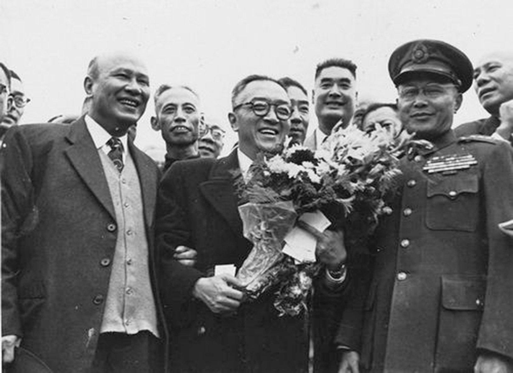1952年11月19日,胡適(中)自美返台,受到白崇禧(左一)、何應欽(右一)等人的熱烈歡迎。(網絡圖片)