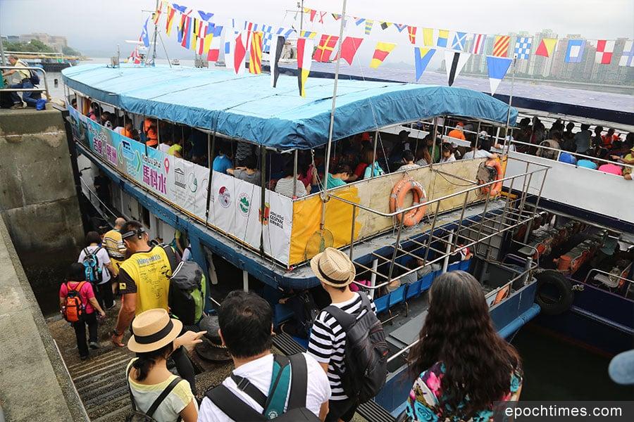逢星期六、日及公眾假期,從馬料水渡輪碼頭(馬料水3號梯台)可乘渡輪前往吉澳、鴨洲。(陳仲明/大紀元)