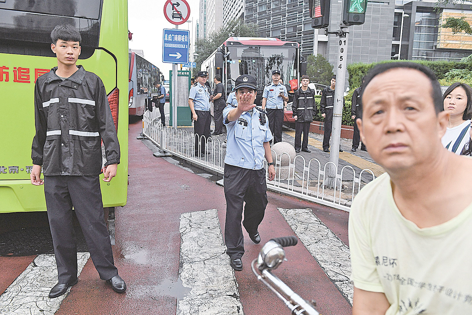2018年8月6日,數百名警察進入北京金融區的街道,阻止P2P借貸平台維權民眾的抗議。(AFP / Getty Images)