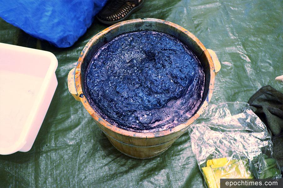 調配妥當的藍染染料。(黃靜修/大紀元)