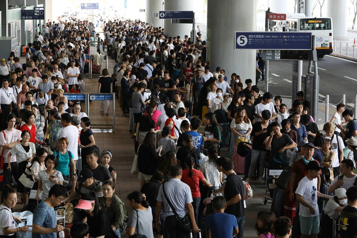 飛燕吹襲期間,關西國際機場因海水倒灌多處水浸要關閉。本港多間航空公司取消由即日起至下周初來往大阪的航班。(JIJI PRESS/AFP/Getty Images)