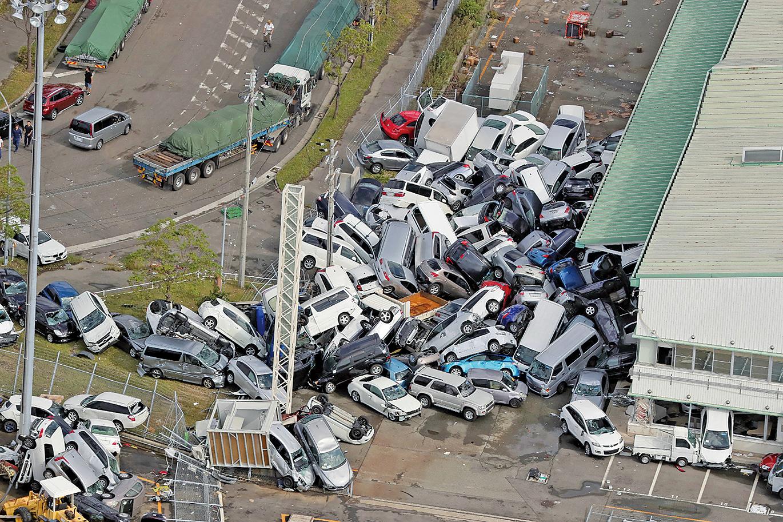 被稱為25 年來最強的颱風「飛燕」挾帶暴雨,在9月4日重創西日本,大量汽車受損。(AFP)