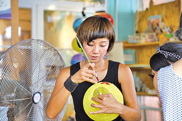 「花Mi貓」負責人Michelle在大澳創作彩繪燈籠。(陳仲明/大紀元)