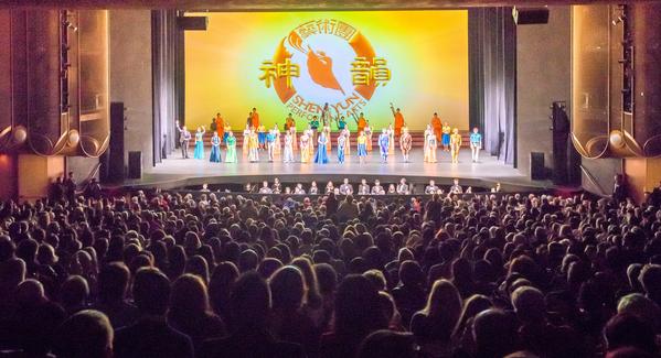 1月2日下午,在美國加州矽谷聖荷西表演藝術中心的神韻演出一票難求。(李歐/大紀元)