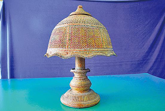 竹編藝術燈古樸莊重。
