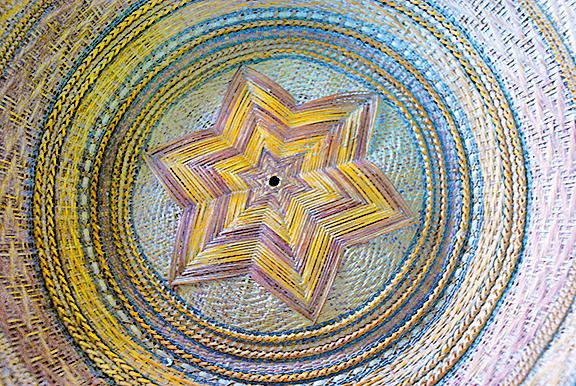 圈圈竹篾箍著六角星型,交織著金、黃、藍、綠顏色。
