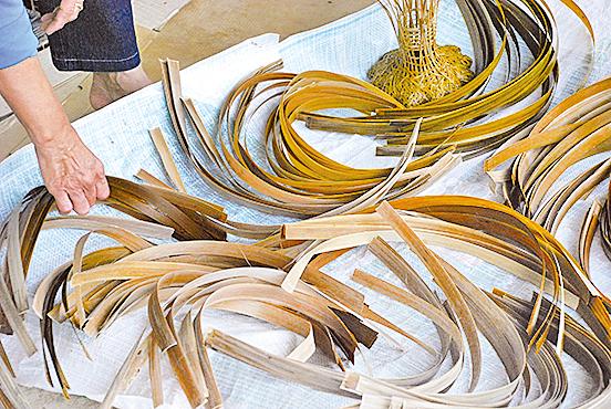 煮染後的竹篾還須日曬。