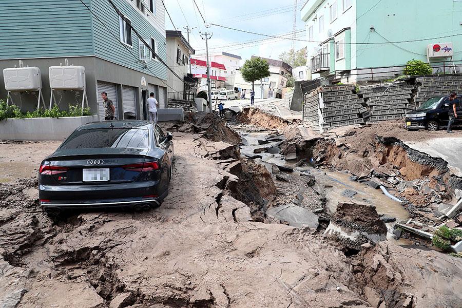 日本北海道9月6日凌晨發生一次6.7級強烈地震,地震引發山泥傾瀉,多幢樓宇倒塌。圖為6日上午北海道札幌市的災情。(JIJI PRESS/AFP/Getty Images)