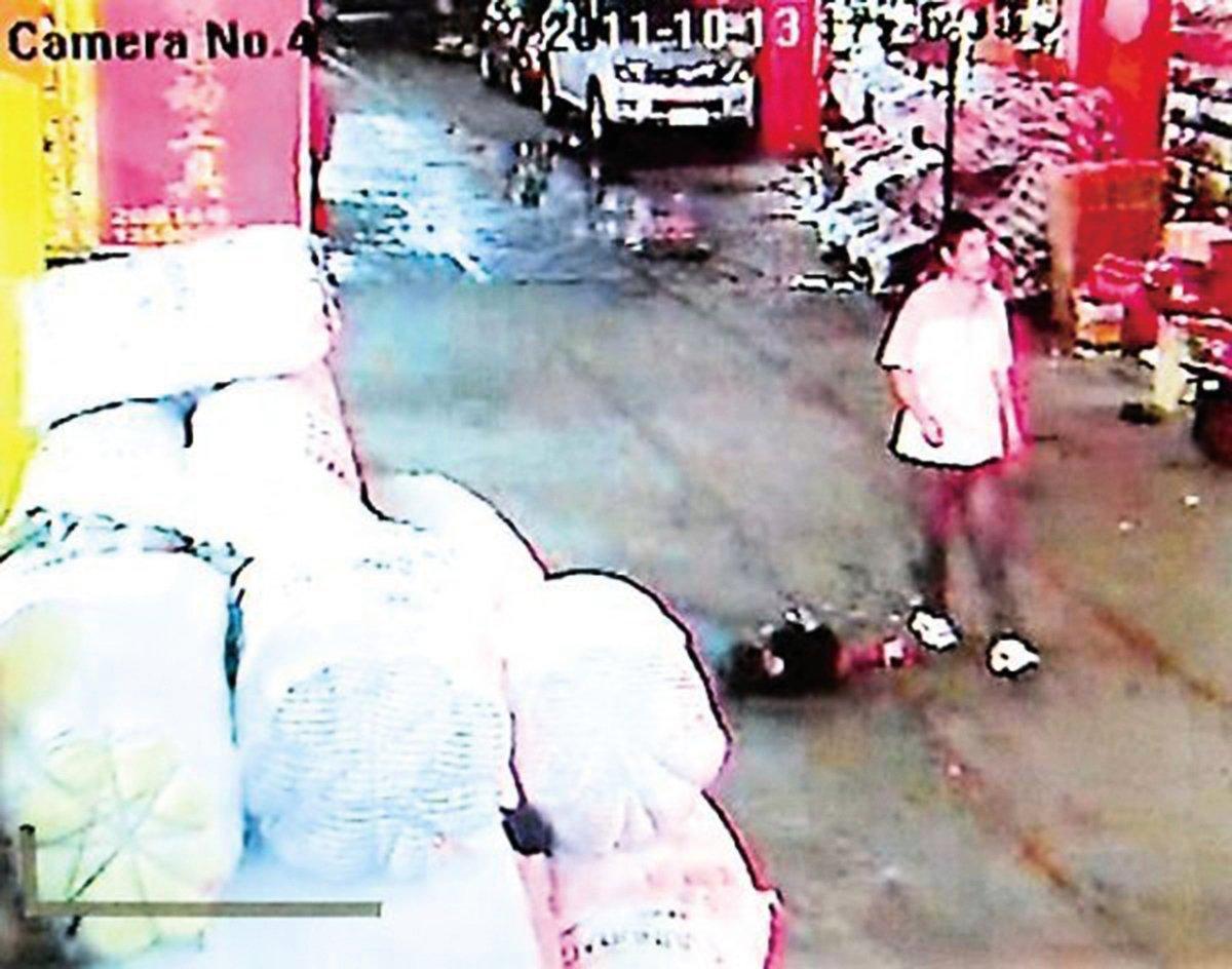 2011年10月13日,佛山女童遭兩車輾壓,18名路人經過卻不施以援手。(網絡圖片)