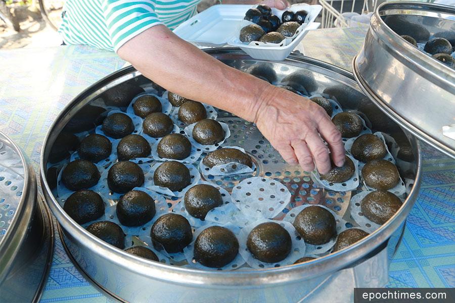 吉澳當地的士多有售客家傳統糕點。(陳仲明/大紀元)
