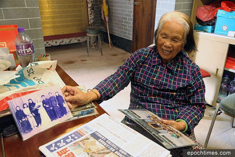 吉澳天后宮廟祝姨婆被譽為吉澳的旅遊大使,深受遊客歡迎。(陳仲明/大紀元)