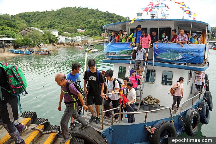 遊客乘船抵達吉澳。(陳仲明/大紀元)