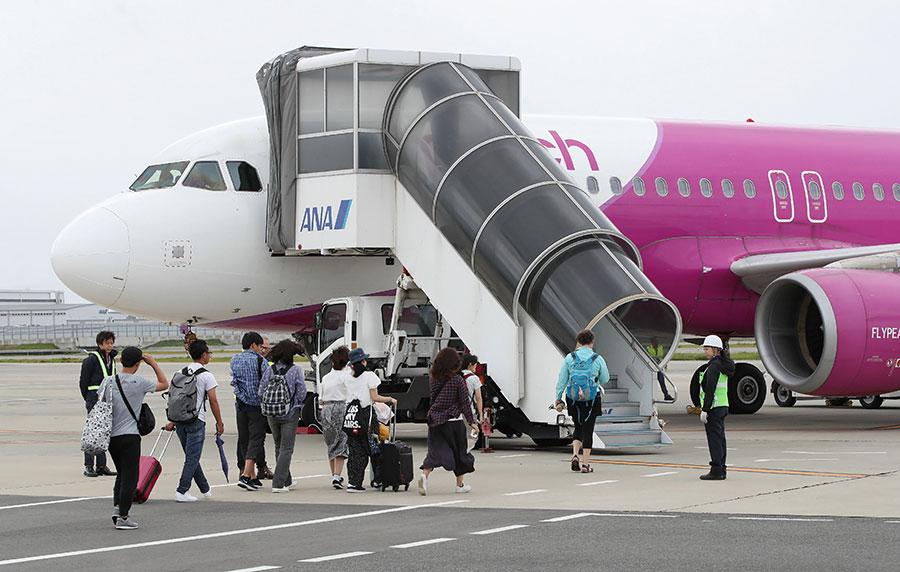 今日首班從大阪關西國際機場起飛的航班為樂桃航空的MM143航班,目的地為新潟,已於當地時間今日上午11時50分(本港時間今日上午10時50分)起飛。(JIJI PRESS/AFP/Getty Images)