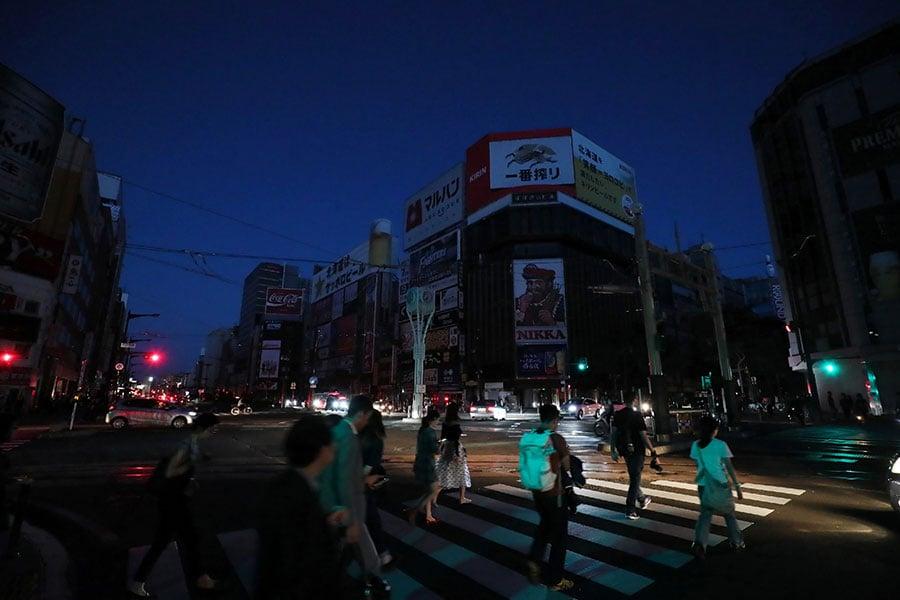 9月6日晚,札幌市仍未完全恢復電力供應,市民生活在黑暗之中。(JIJI PRESS/AFP/Getty Images)
