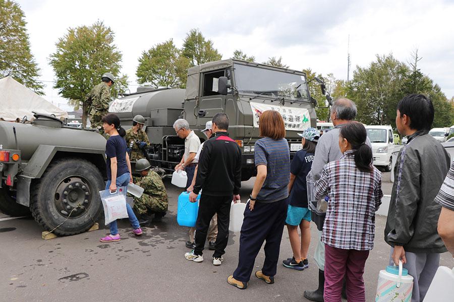 9月7日,日本自衛隊派遣水車前往厚真町,為當地災民提供清潔食水。(JIJI PRESS/AFP/Getty Images)