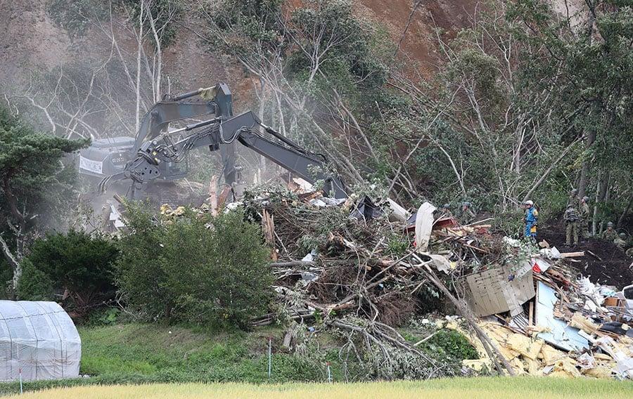 9月7日,救援人員在厚真町山泥傾瀉現場持續進行挖掘,尋找失蹤者。(JIJI PRESS/AFP/Getty Images)