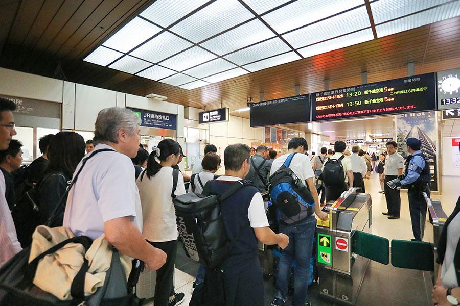 9月7日,札幌新千歲機場恢復運作,大量旅客在札幌站排隊輪候入閘,準備乘搭前往機場的列車。(JIJI PRESS/AFP/Getty Images)