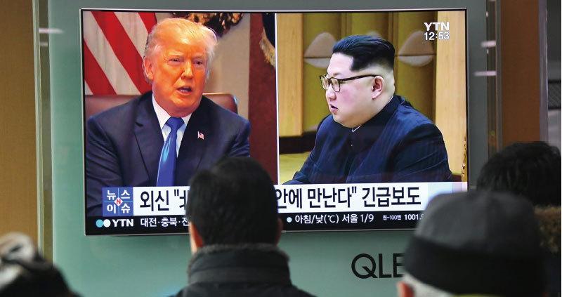中共在美方壓力下,暫時擱置了習近平訪朝行程,派出栗戰書替代。北韓隨後展現出向美韓傾斜的跡象,宣佈有意在特朗普總統首個任期內完成無核化。圖為南韓首爾民眾觀看電視新聞報導。(AFP)