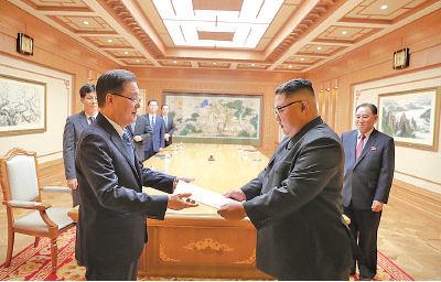 南韓總統文在寅特使鄭義溶(左)上周四訪問平壤後,引述北韓金正恩(右)提出計劃在美國總統特朗普第一任期內去核。(AFP)