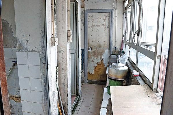 左邊是共用廁所,右邊煮食爐是共用煮食區,中間的門又是劏房。(李逸/大紀元)