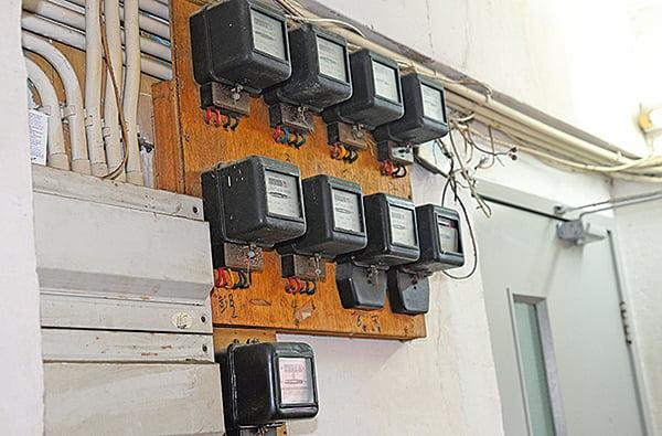 劏房內另安裝了非公共電力公司的獨立電掣,每間板間房每月另收二、三百元水電費。(李逸/大紀元)