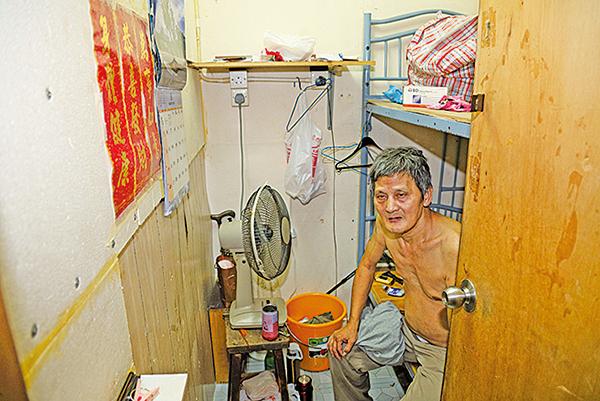 萬先生住的板間房沒有窗,空氣不流通,夏天悶熱潮濕。(李逸/大紀元)