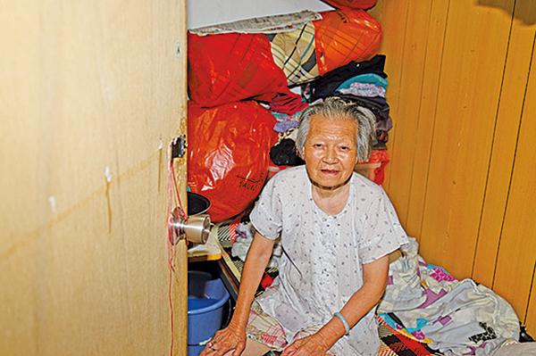 何婆婆有大量的私人物用品,沒窗的小板間房顯然不夠用。(李逸/大紀元)