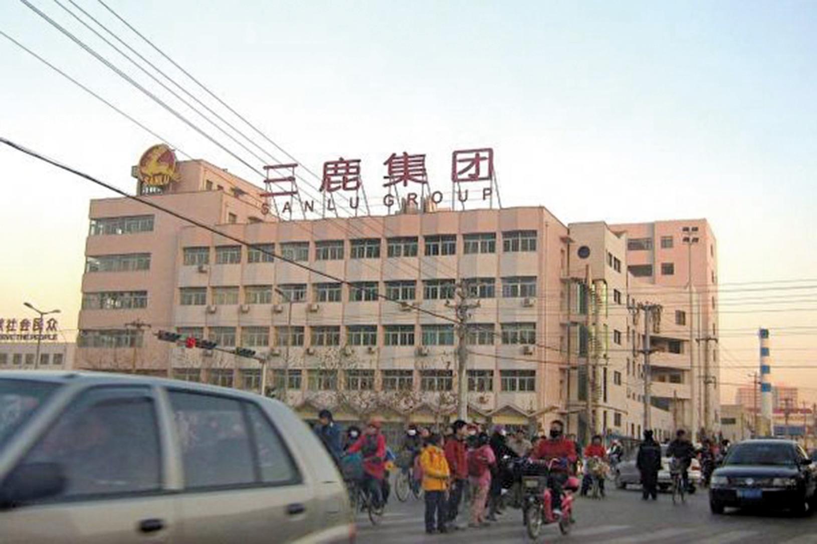 號稱中國奶業三巨頭之一的三鹿集團,生產、銷售含有三聚氰胺的乳製品,結果導致全國大量嬰幼兒患腎結石。(Getty Images)