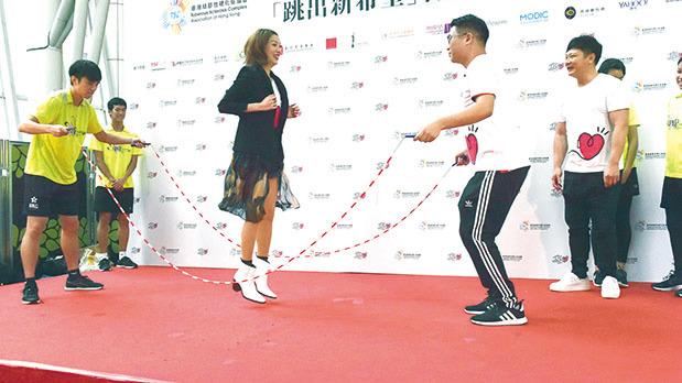 鄭秀文(Sammi)直言即便自己每日跑步八公里和舉重,都覺得花式跳繩有難度。(郭威利/大紀元