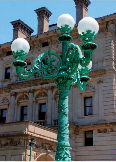 意大利文藝復興時期風格的燭台青銅燈柱。