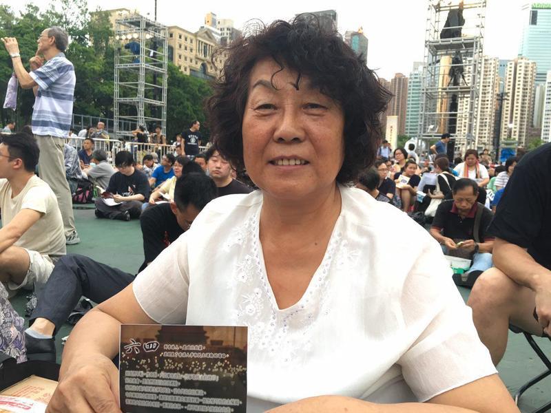 深圳赫女士首次來香港參加六四集會,稱很感動。(梁珍/大紀元)